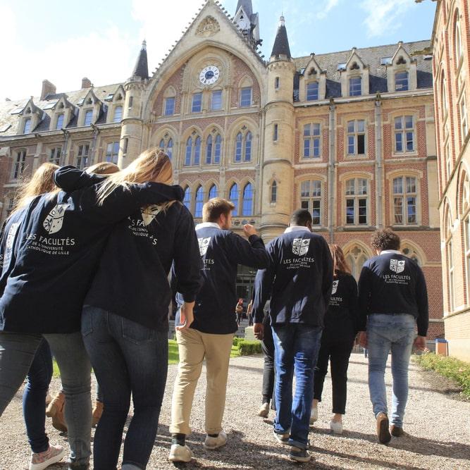 Etudiants de l'Université catholique de Lille marchant vers le Hall Académique