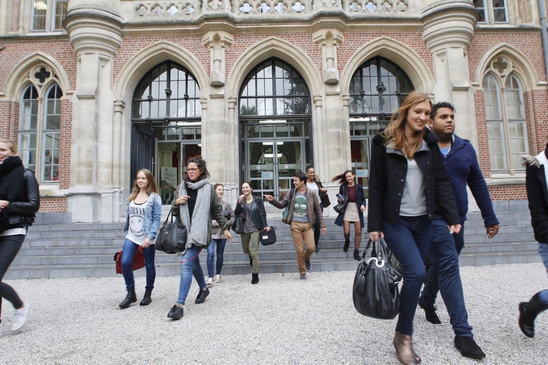 Etudiants devant l'Hôtel Académique de l'Université Catholique de Lille